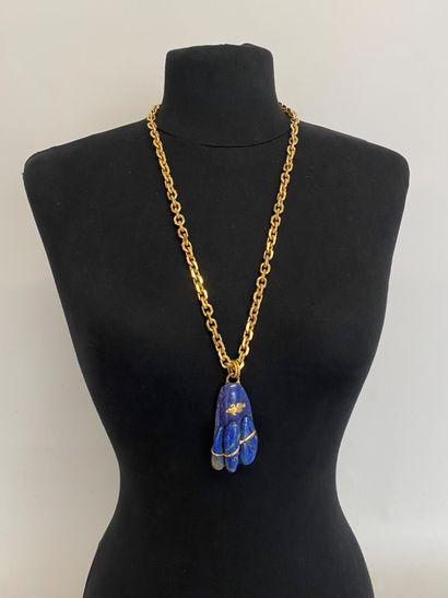 Collier en métal doré retenant un pendentif...