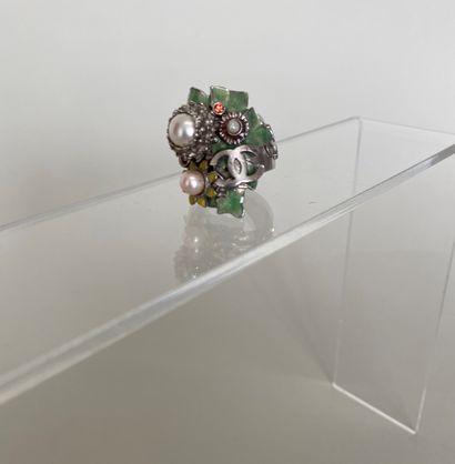 CHANEL Bague fleur en métal argenté émail...
