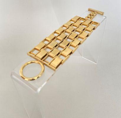 CHANEL Bracelet chenille en métal doré fermoir...