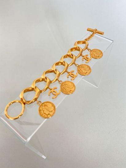CHANEL Bracelet gourmette Coco en métal doré...