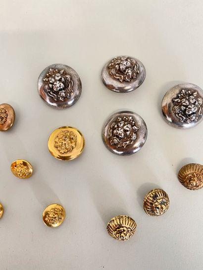 CHANEL Lot de 13 Boutons en métal argenté...