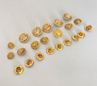 CHANEL Lot en métal doré de 13 boutons Tête...
