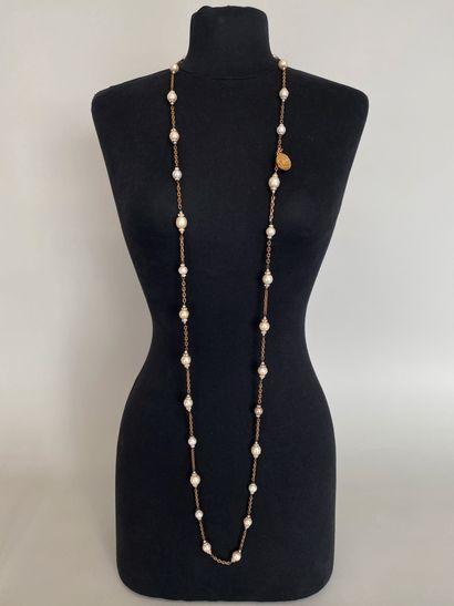 CHANEL Sautoir en métal patiné orné de perles...