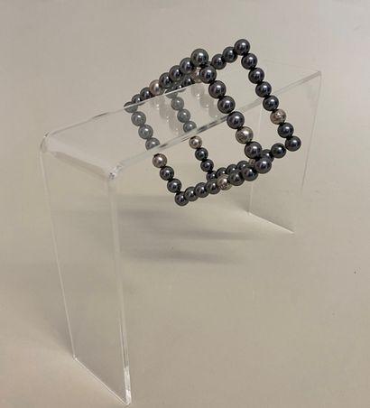 CHANEL Paire de bracelets de section carrée...