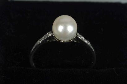 Bague en platine ornée d'une perle (probablement...