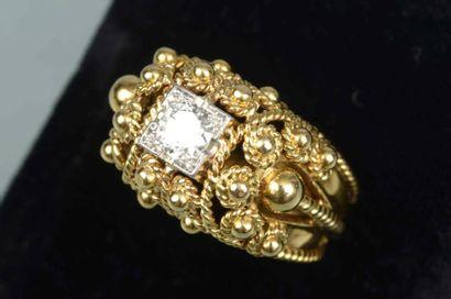 Bague Dôme en or et platine filligrané centré...