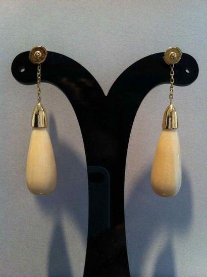 Paire de boutons d'oreilles en or et pendants goutte ivoire - Poids brut: 14,7g