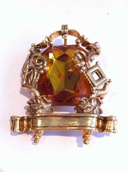 KARL LAGERFELD par GOOSSENS Broche pendentif en métal doré ajouré ornée d'un important...