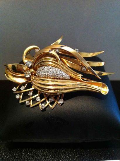 Clip en or motif feuillage à corolle pavée...