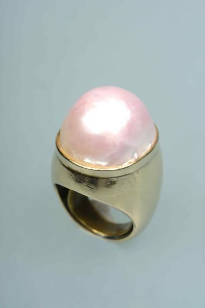 Bague en or 9k ornée d'une importante perle...