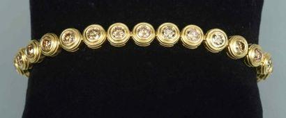 Bracelet ligne en or orné de diamants bruns...