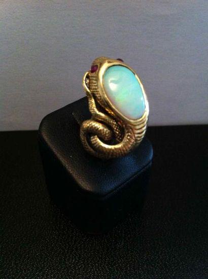 Bague serpent en or ciselé, ornée d'une opale...