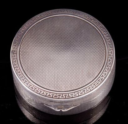 Petite boite ronde en argent à décor de frises...
