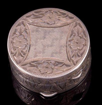 Petite boite ronde en argent repoussé - Poinçon...