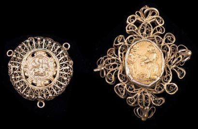Deux pendentifs en argent doré filigrannés...