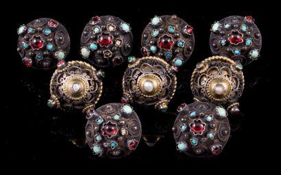 Neuf boutons en argent filigranné ornés de...