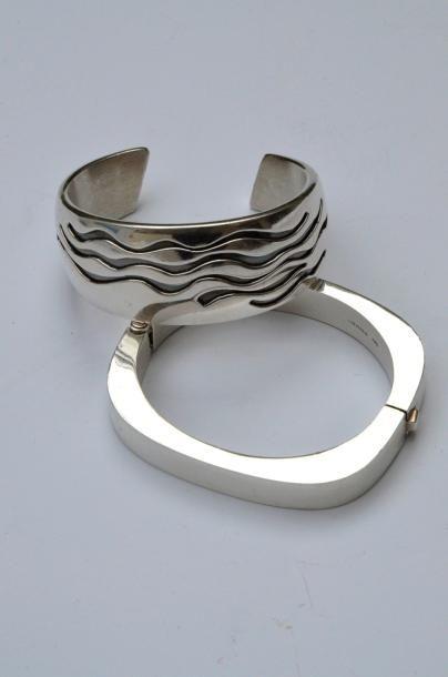 Deux bracelets rigides et ouvrants en argent,...