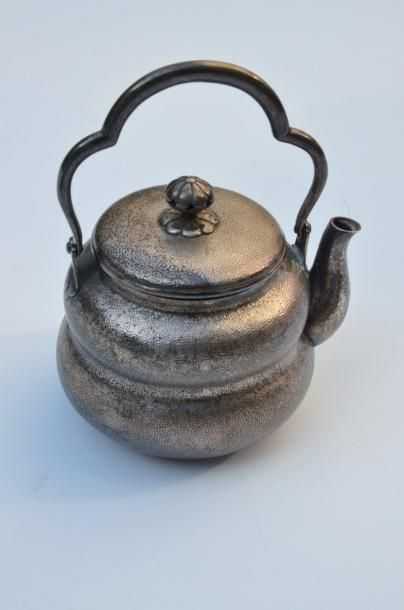 Petite théière balustre en métal argenté...