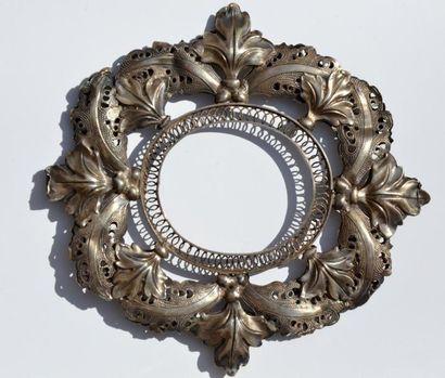 Cadre ovale en argent filigranné et repoussé...