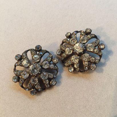 Deux boutons en métal argenté de forme fleur...