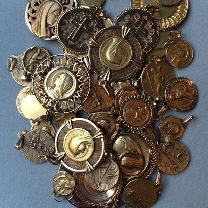 Lot de 60 médailles religieuses en or 750...