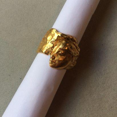 Bague moderniste en métal doré à profil de...