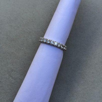 Alliance or gris 750 millièmes ornée de diamants...