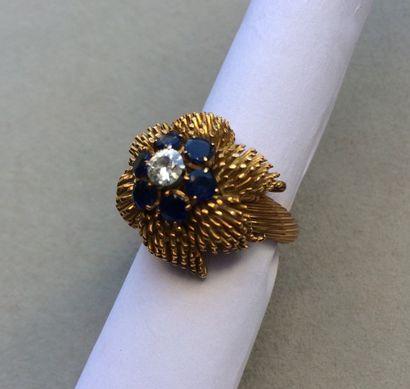 Bague en or 750 millièmes à motif floral...