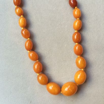 Collier de navettes d'ambre en légère chute....