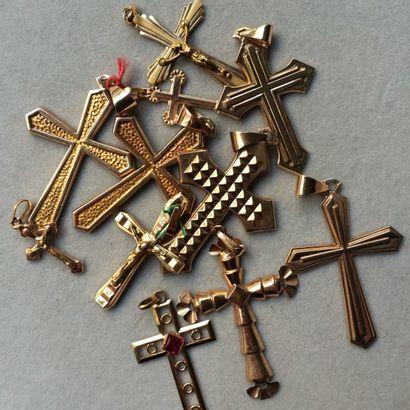 Lot de 12 croix en or 750 millièmes. Poids...