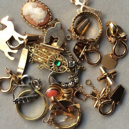 Lot de breloques pendentifs et débris or...