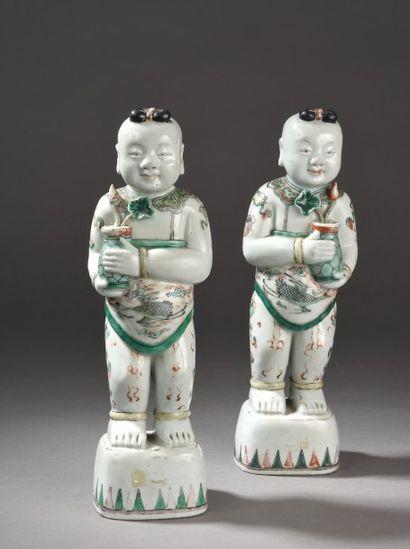 Paire de statuettes en porcelaine et émaux...