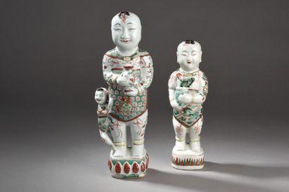 Statuette et groupe en porcelaine et émaux...