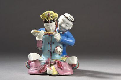 Rare groupe en porcelaine et émaux de la famille rose représentant un cours de musique,...