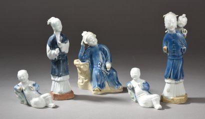 Lot de cinq statuettes en porcelaine bleu-blanc,...
