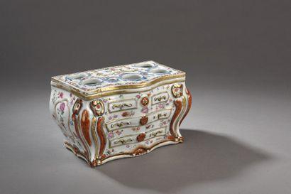 Boîte couverte en porcelaine et émaux de...