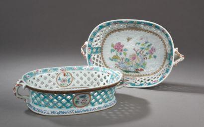 Paire de jardinières ovales ajourées en porcelaine...