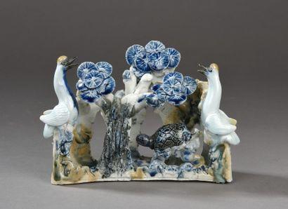 Rare groupe en porcelaine bleu- blanc représentant...