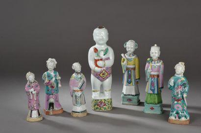 Lot de sept statuettes en porcelaine et émaux...