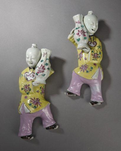 Paire de vases d'applique en porcelaine et...