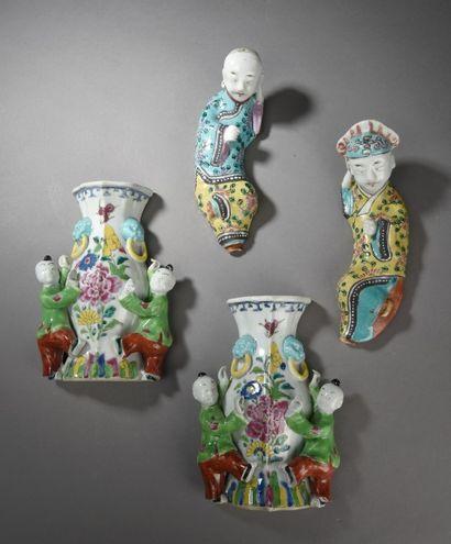 Lot de quatre vases d'applique en porcelaine...