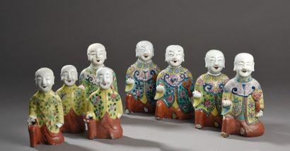 Lot de huit statuettes en porcelaine et émaux...