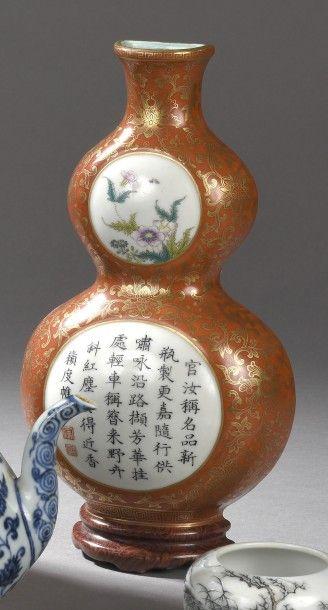 Vase d'applique de forme coloquinte en porcelaine...