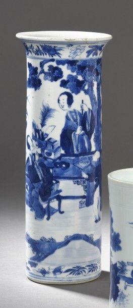 Vase cylindrique en porcelaine à décor bleu...