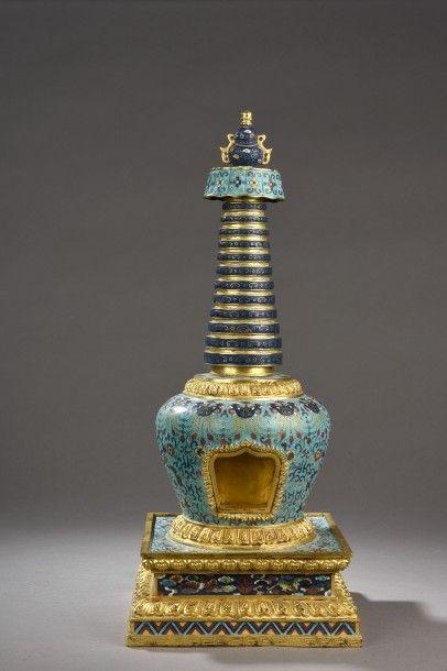 Stupa en bronze et émaux cloisonnés, à décor...