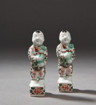 Paire de deux petites statuettes en porcelaine...