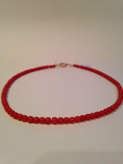 Collier de perles de corail fermoir olive...