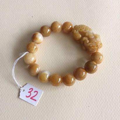 Bracelet composé de 13 boules de pierre dure...