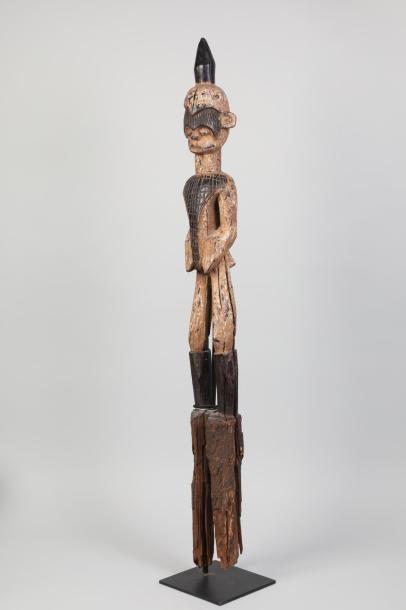 NIGERIA Haut de poteau surmonté d'une statue en bois sculpté - traces de polychromie...