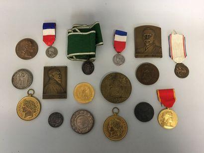 Lot de 16 médailles diverses.